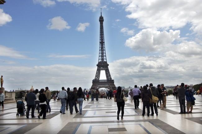 Khách du lịch đến tham quan tháp Eiffel