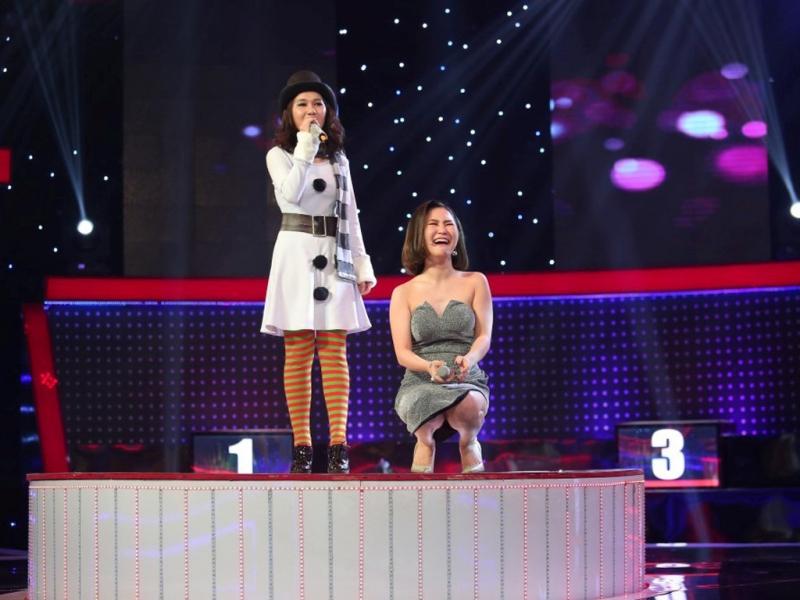 HÌnh ảnh Hương Tràm cùng thí sinh trên sân khấu