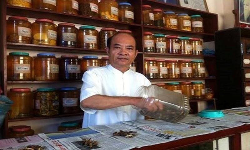 Lương y Nguyễn Duy Khiêm bên quầy thuốc của mình