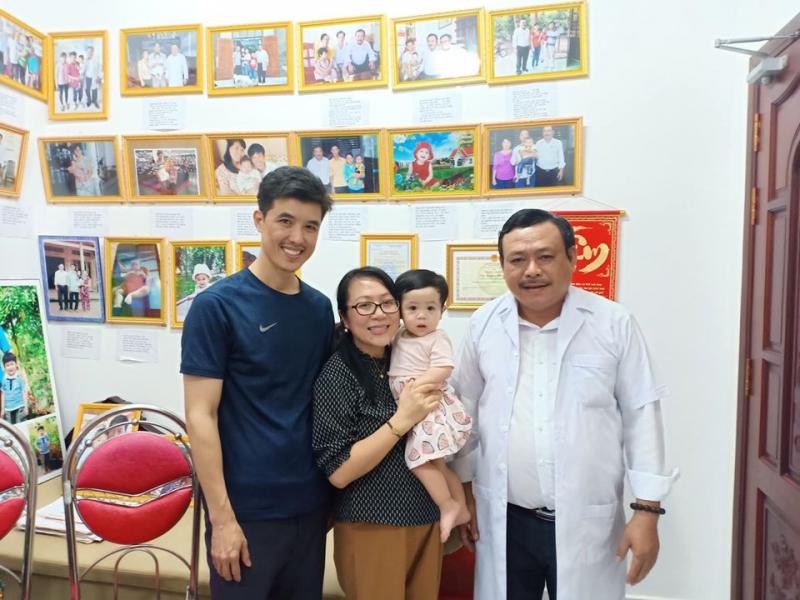 Lương y Nguyễn Phú Lâm cùng gia đình cậu nhóc được sinh ra nhờ bài thuốc của ôngm