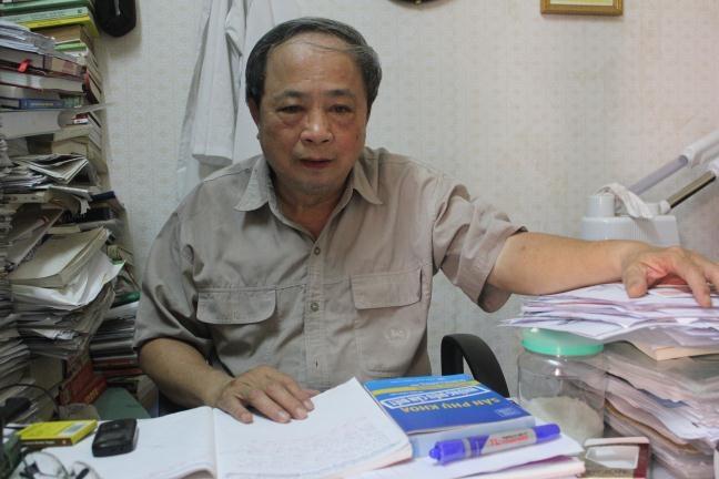 Lương y Vũ Quốc Trung bên các tài liệu của mình
