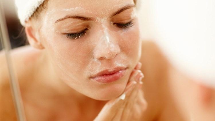 Lưu lại sữa rửa mặt trên mặt quá lâu