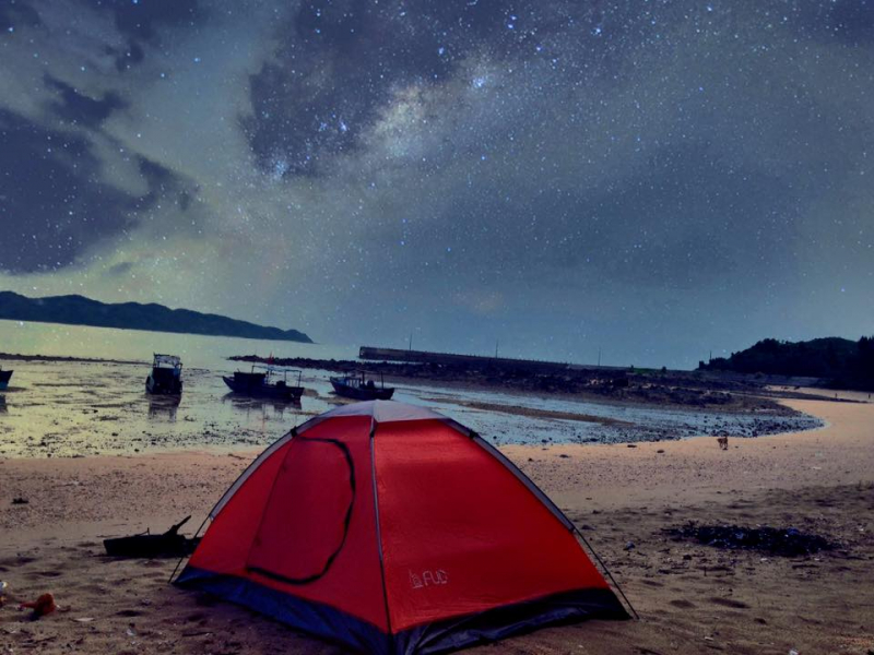 Bạn có thể thuê lều và cắm trại trên bãi biển