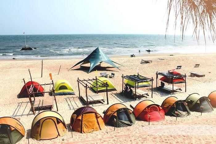 Nếu đi theo nhóm đông người các bạn có thể cắm trại tại bãi