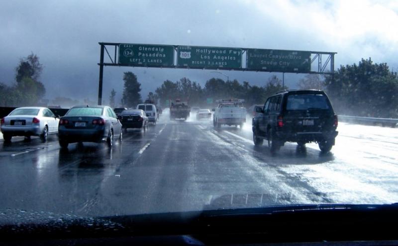 Điều khiển theo xe đi trước nhưng giữ khoảng cách an toàn