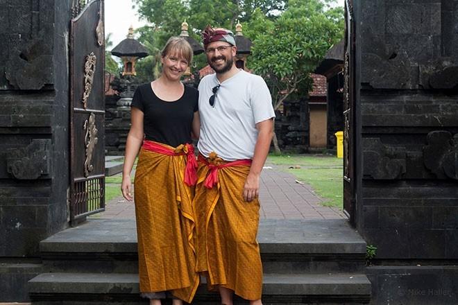 Bạn nên trang bị cho mình một chiếc xà rông để mặc trước khi vào đền