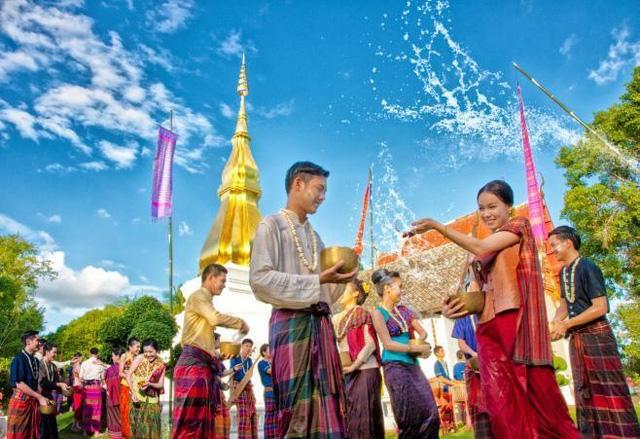 Khi tham quan Cung điện Hoàng Gia, Chùa Phật Ngọc, Chùa Vàng nên nhớ rằng bạn phải ăn mặc thật lịch sự, kín đáo