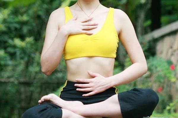 Đặt tay lên vùng ngực và bụng: Kiểm tra hơi thở