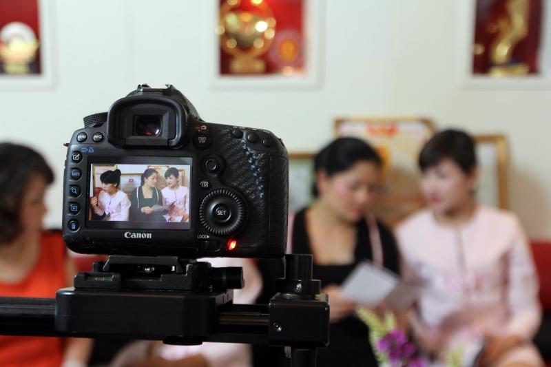 Luyện tập với máy quay để khắc phục khuyết điểm bản thân khi đứng ra thuyết trình