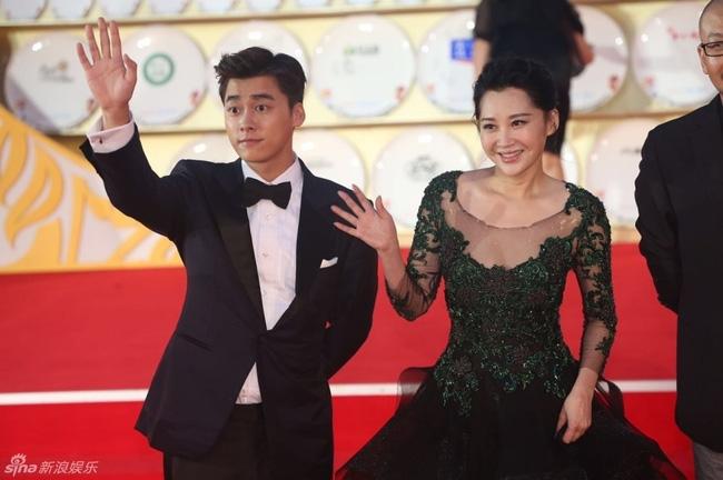 Lý Dịch Phong cùng Hứa Tịnh trên thảm đỏ Liên Hoan Phim Kim Kê Bách Hoa lần thứ 25