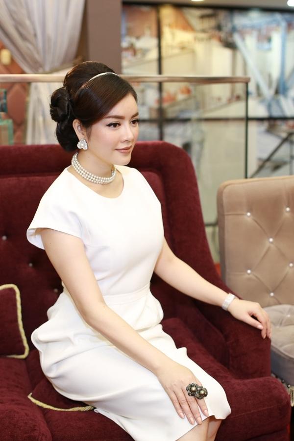 Váy và bộ trang sức của nữ doanh nhân- diễn viên lên tới chục tỉ đồng