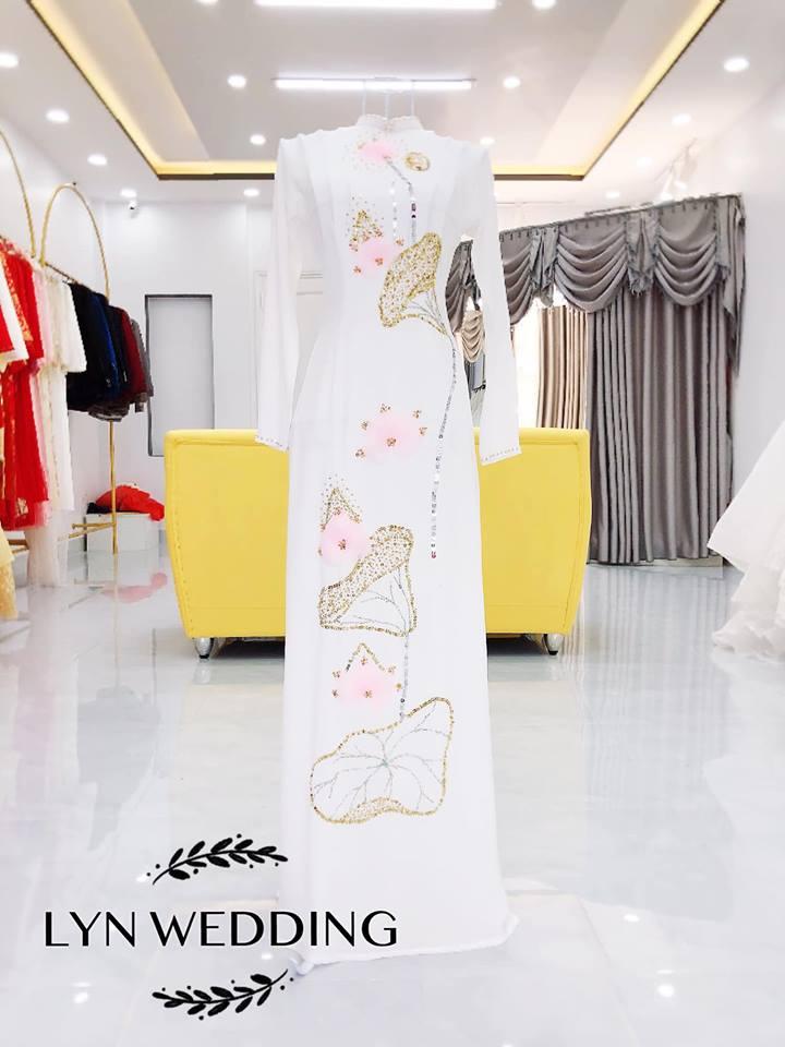 Bộ sưu tập áo dài cưới của Lyn có thiết kế cổ cao, form dáng chít eo vừa phải kết hợp tay áo dài với ống quần suông chạm đất.