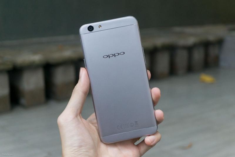 Chiếc điện thoại màu đen xám cũng sẽ mang lại may mắn cho bạn