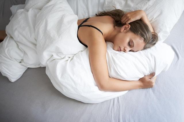 Mặc áo lót khi ngủ (nguồn internet)