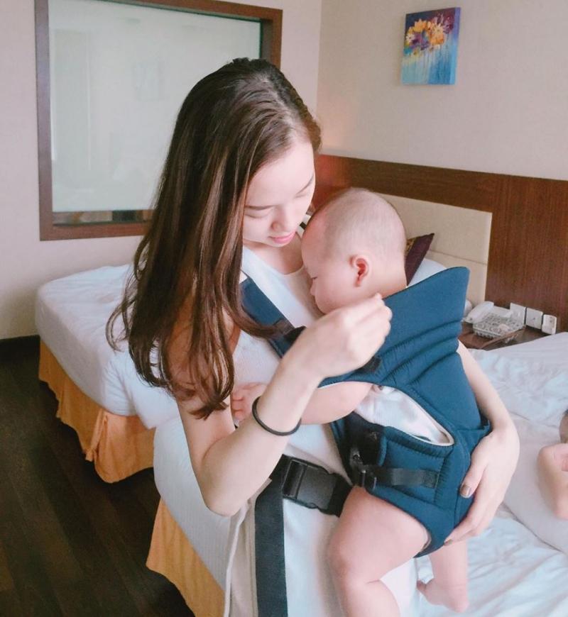 Khánh Ly hạnh phúc bên bé Khoai Tây
