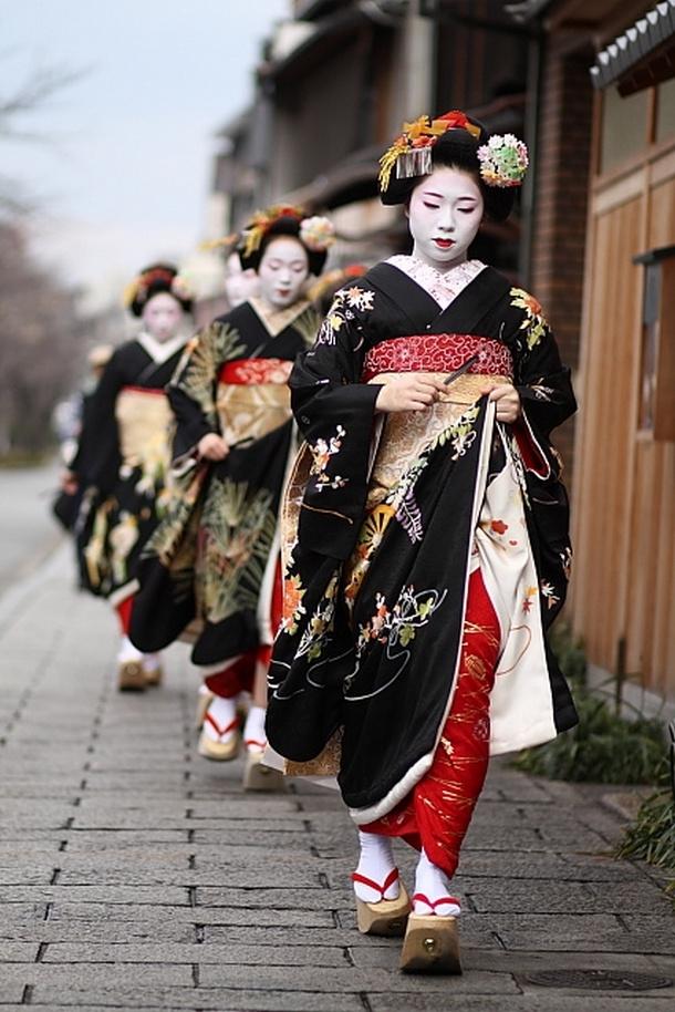 Geisha chỉ được mặc các bộ Kimono dệt tay truyền thống