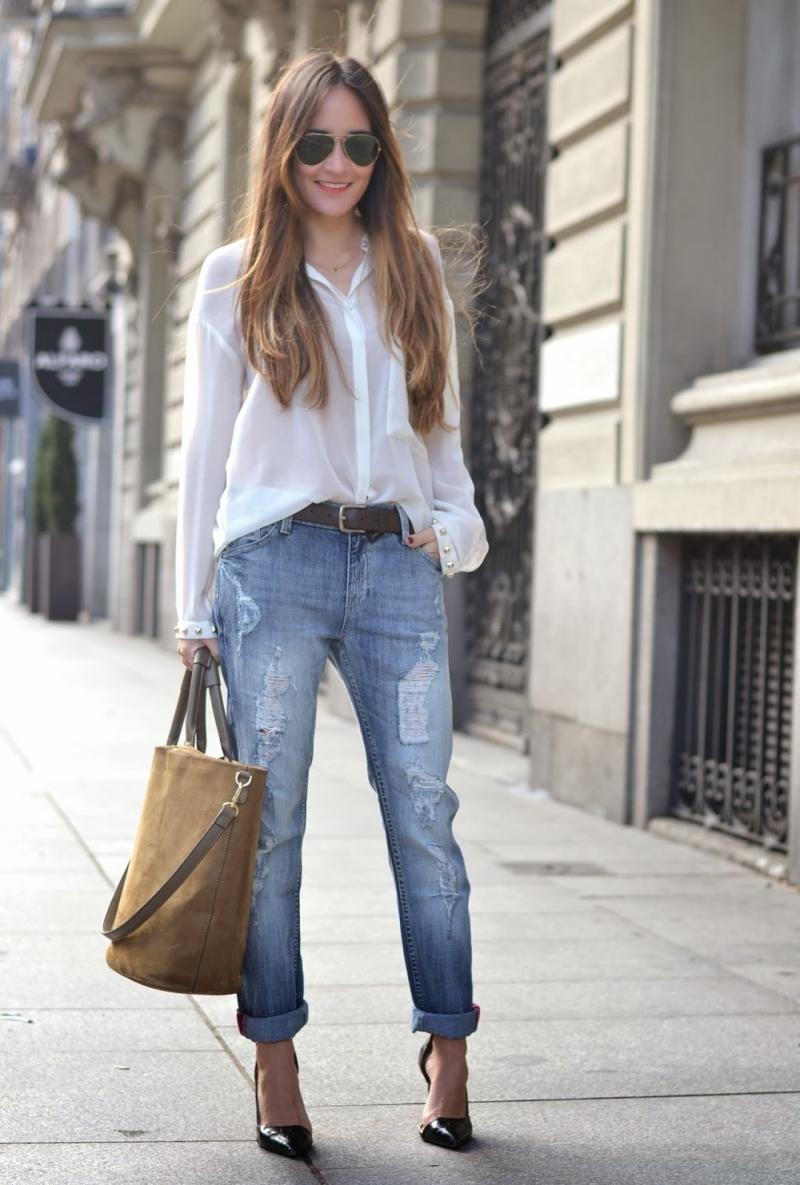 Boyfiend jeans mix với áo sáng màu giúp che đi thân hình mảnh mai của bạn. Ảnh minh họa.
