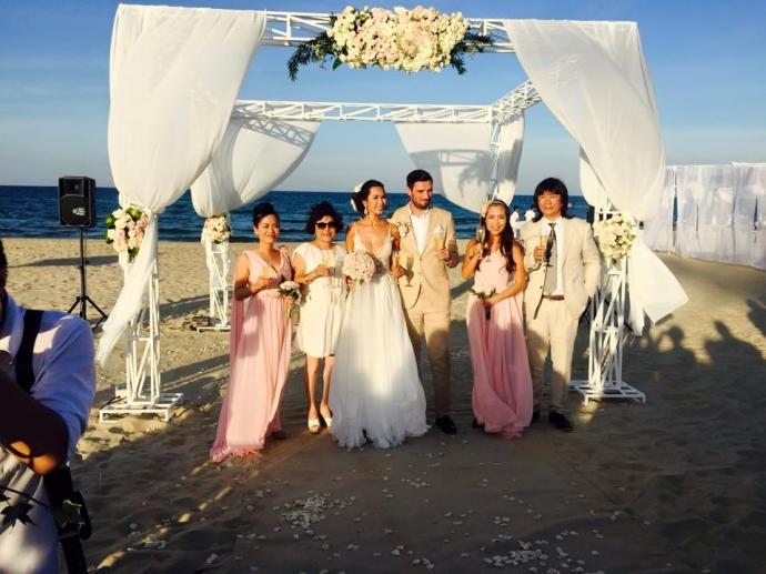 Mặc trang phục phù hợp với địa điểm tổ chức lễ cưới