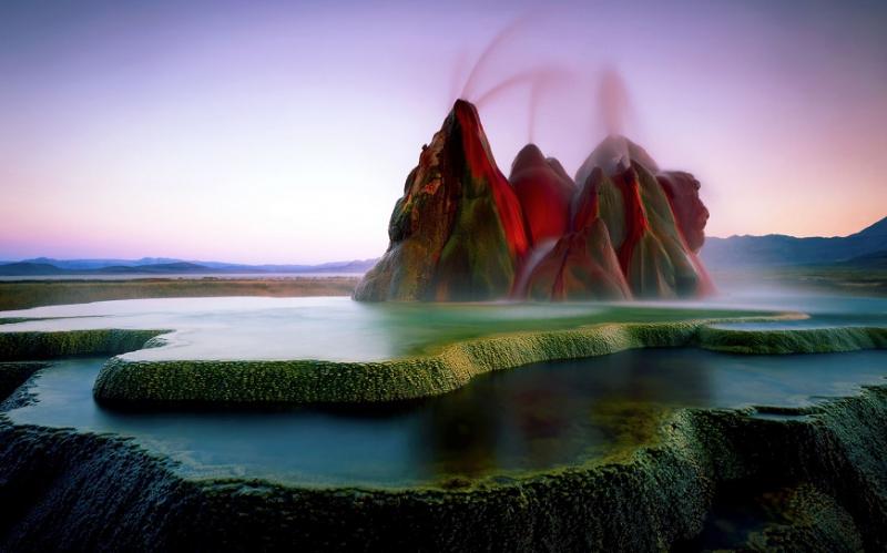 Fly Geyser giống như một địa điểm ngoài hành tinh với những mạch nước phun sặc sỡ