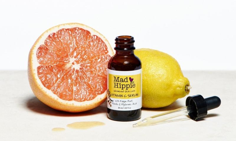 Mad Hippie Vitamin C Serum nghiêng về thành phần thiên nhiên với chiết xuất bưởi, cây xô thơm
