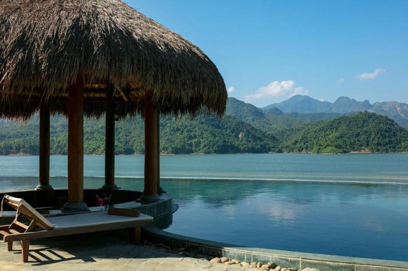 Du khách có thể thỏa thích bơi lội và ngắm nhìn thiên nhiên tại bể bơi