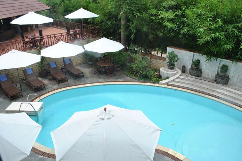 Một góc hồ bơi tại Mai Châu Lodge