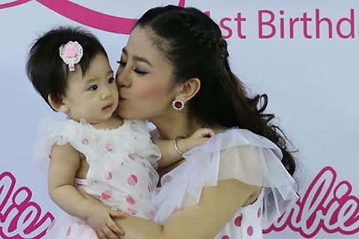 Dễn viên Mai Phương và con gái