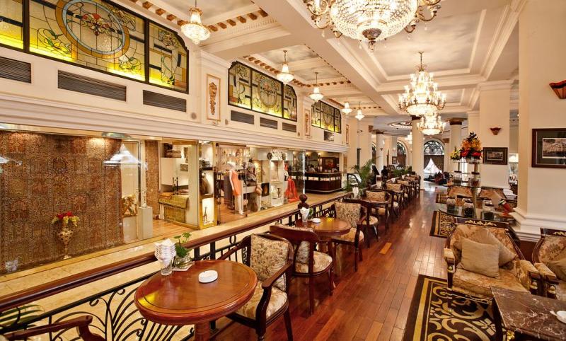 Bên trong khách sạn Majestic Saigon