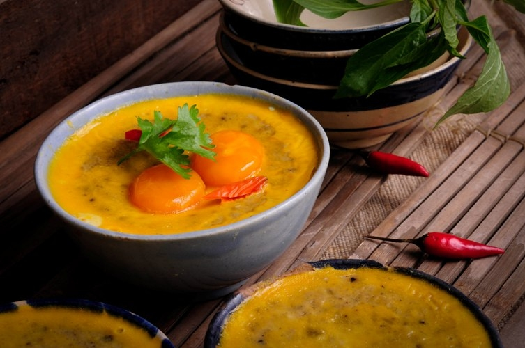 Tô mắm chưng với màu vàng cam nổi bật của trứng vịt