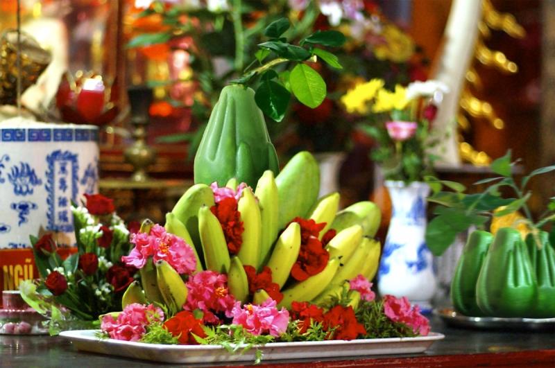 Mâm ngũ quả tượng trưng cho lòng thành kính với Tổ tiên, cũng là thể hiện mong ước của gia chủ trong năm mới