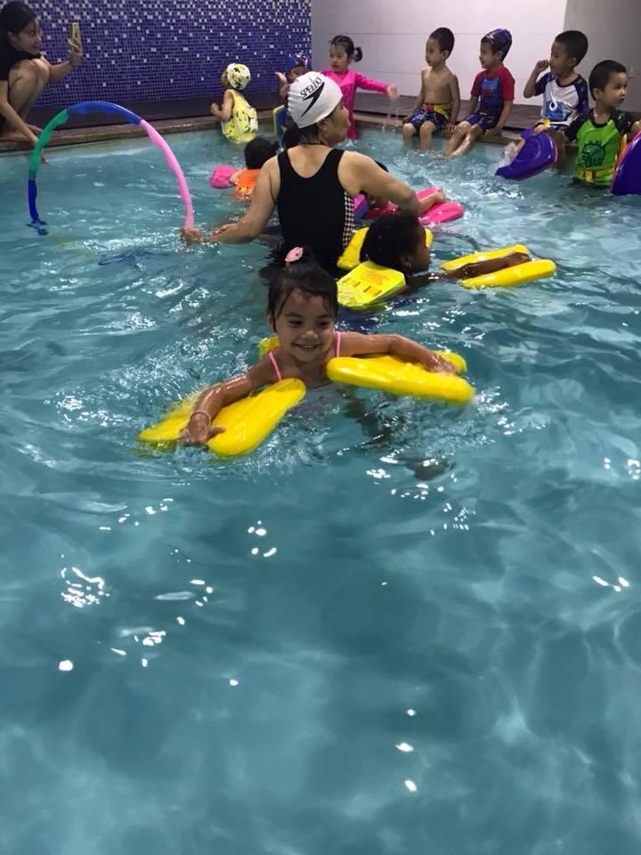 Các trẻ được học bơi lội cũng như những môn năng khiếu khác