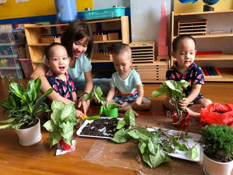 Trẻ đang học cách trồng cây