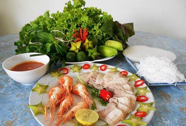 Món mắm tôm chà thường được ăn kèm với thịt luộc, bún hay bánh hỏi, dưa leo, chuối chát, khế chua, rau sống đủ loại và không thể thiếu ngò gai để mắm dậy mùi
