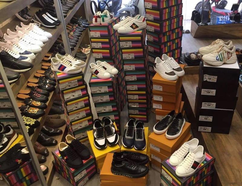 Ngoài ra, những phụ kiện như giày, đồng hồ, ví,... cũng có tại shop