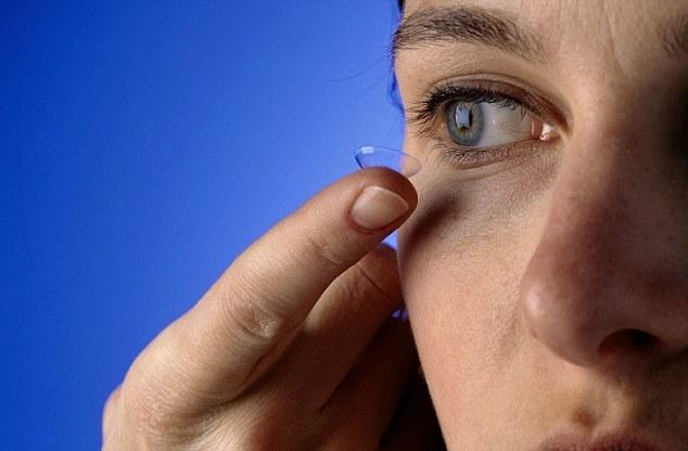 Không nên mang kính áp tròng khi tắm