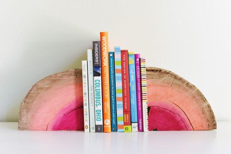 Những cuốn sách nhỏ xinh cũng là một vật dụng trang trí hữu ích.