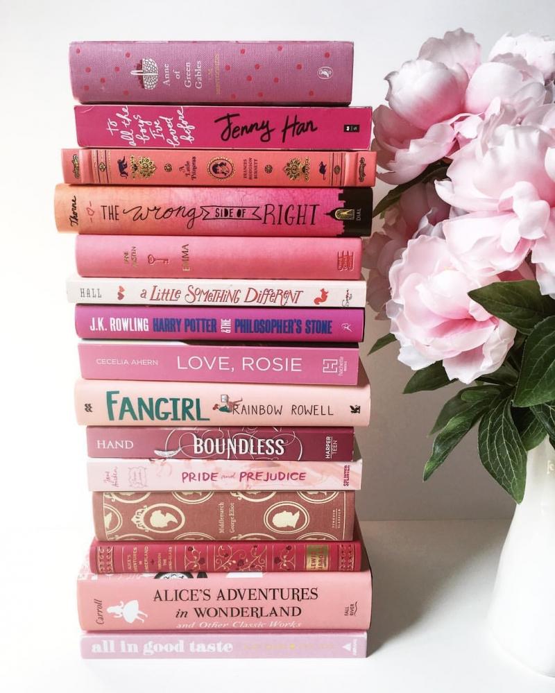 Đặt một cuốn sách yêu thích của mình ngay cạnh nơi làm việc để tăng động lực cho bản thân khi cần.