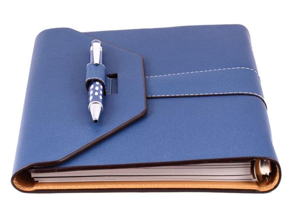 Mang theo một cuốn sổ và một cây bút