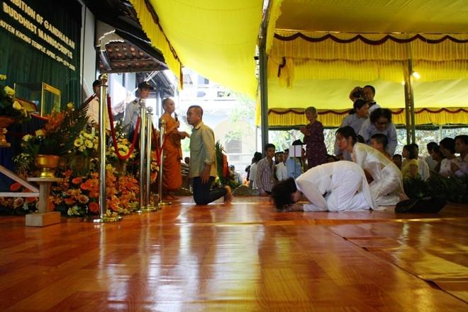 Không quỳ giữa điện Phật