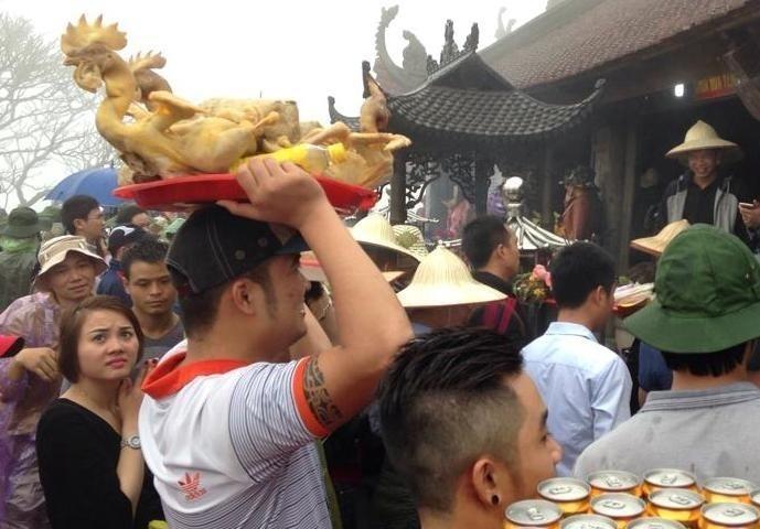 Mang thức ăn mặn vào chùa