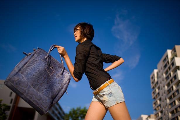 Mang túi xách quá nặng