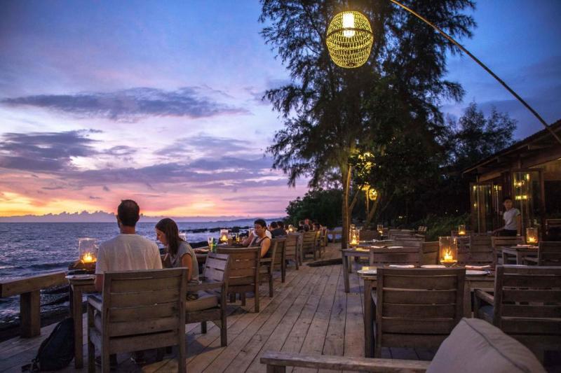 Nhà hàng ngoài trời có view nhìn ra biển