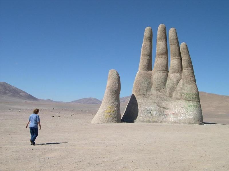 Bàn tay khổng lồ giữa sa mạc khiến nhiều người nghĩ mình đang ở ngoài hành tinh