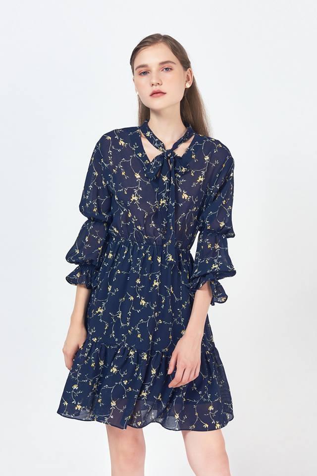 Xen kẻ những chiếc váy sang trọng, gợi cảm, shop còn có rất nhiều mẫu váy trẻ trung, kết hợp hoạ tiết hoa phá cách.