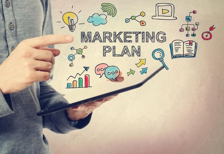 Nhân viên marketing sẽ tùy theo tính chất công việc của công ty mà có hình thức làm việc khác nhau như khảo sát thị trường, bảng hiệu, tổ chức sự kiện, event,…