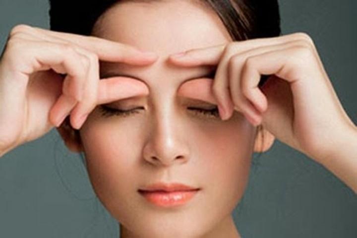 Massage da mặt trước khi đi ngủ