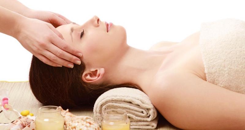 Massage mặt giúp lưu thông máu huyết