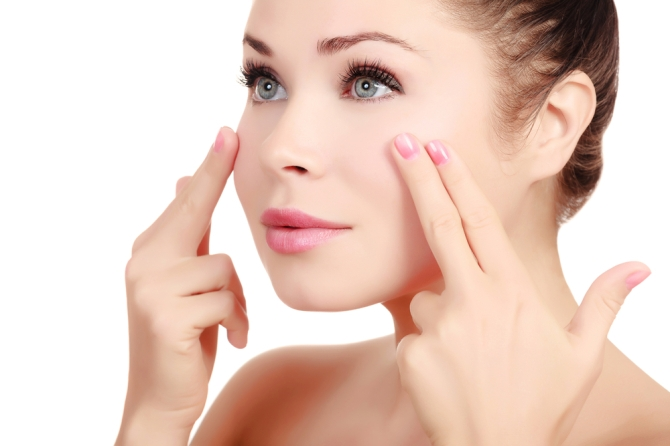 Trong thời gian nghỉ giải lao, bên cạnh việc đi lại và co giãn chân tay, hãy thực hiện một vài bài tập massage cho đôi mắt.