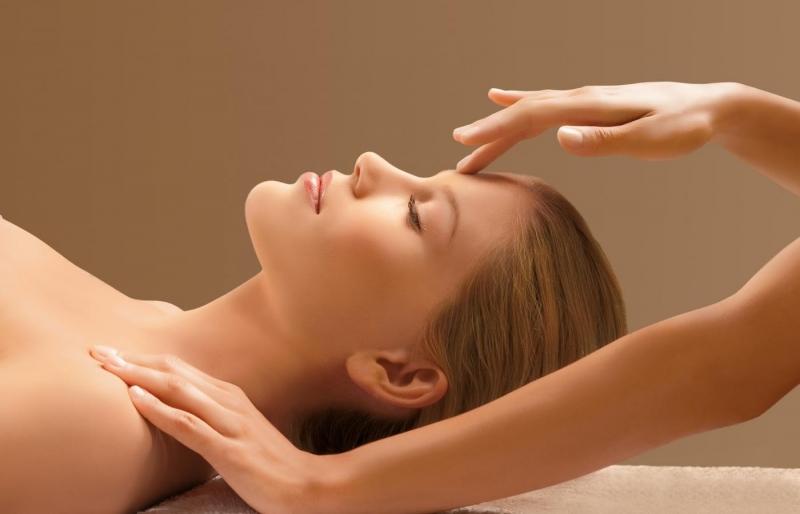 Không chỉ là liệu pháp tuyệt vời cho việc dưỡng da của phái nữ mà massage mặt cũng là một cách giảm stress cực kì hiệu quả cho cả người lớn tuổi và thanh thiếu niên.