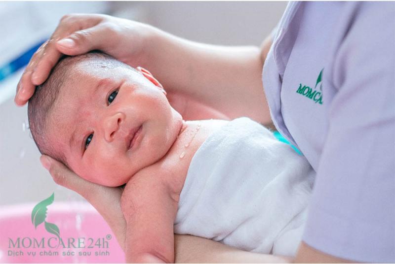Massage mặt và đầu cho bé